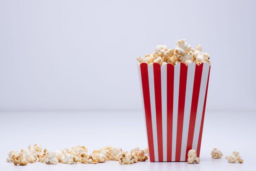 Foto de um pote de pipoca, ilustrando a ambientação do cinema e assistir filmes